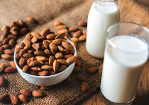 Leche y almendras contienen calcio