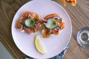 Tostas proteicas con salmón